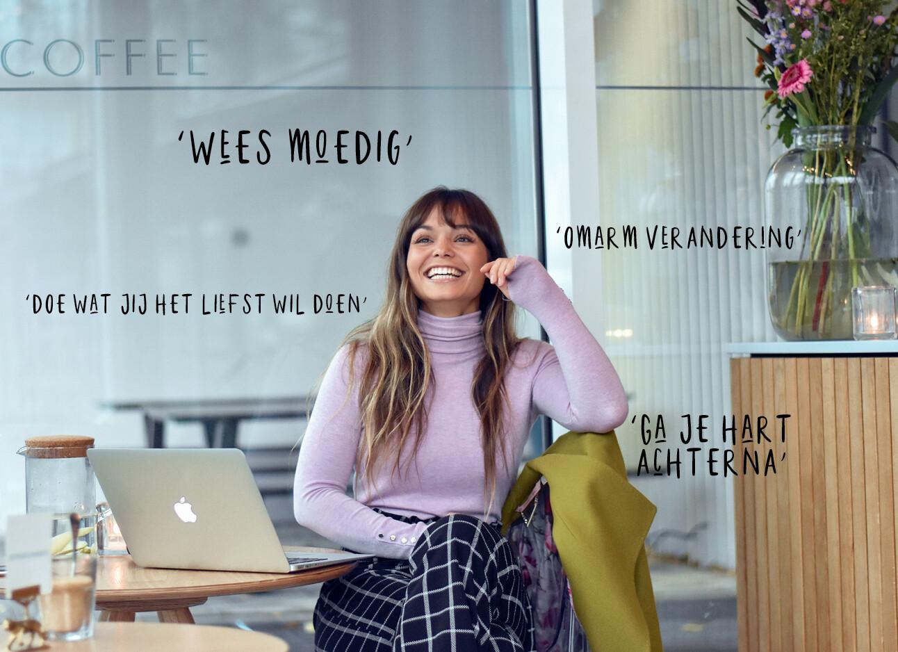 kiki lachend in een koffie tentje met haar laptop