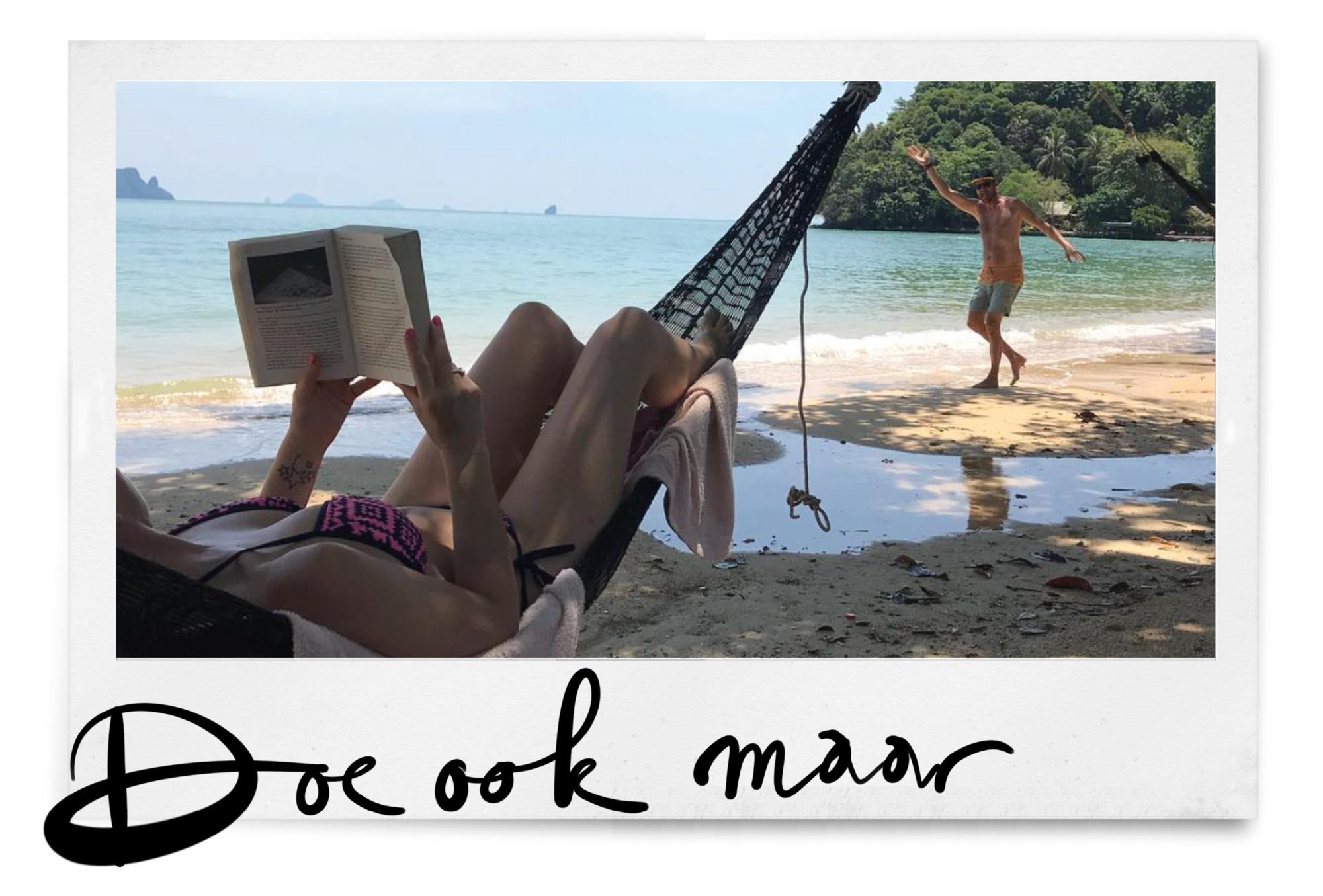lezen in een hangmat op het strand
