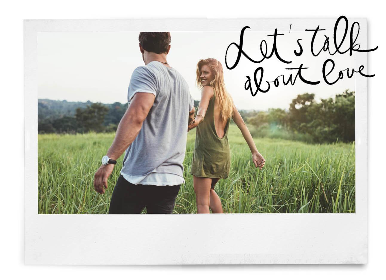 vrouw en man verliefd lopend door het gras