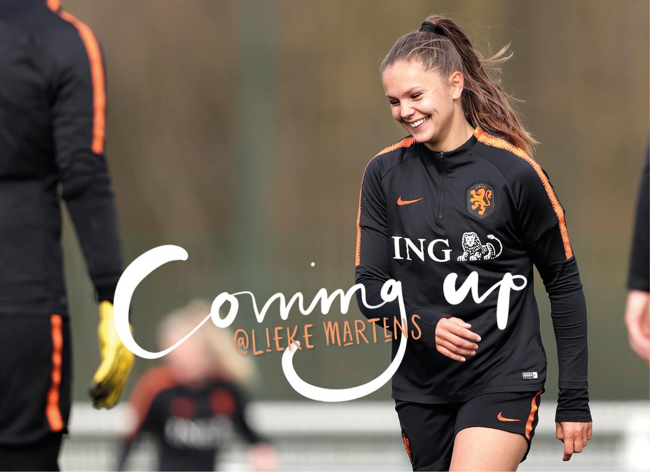 Lieke Martens op het voetbal veld in Ing oranje outfit
