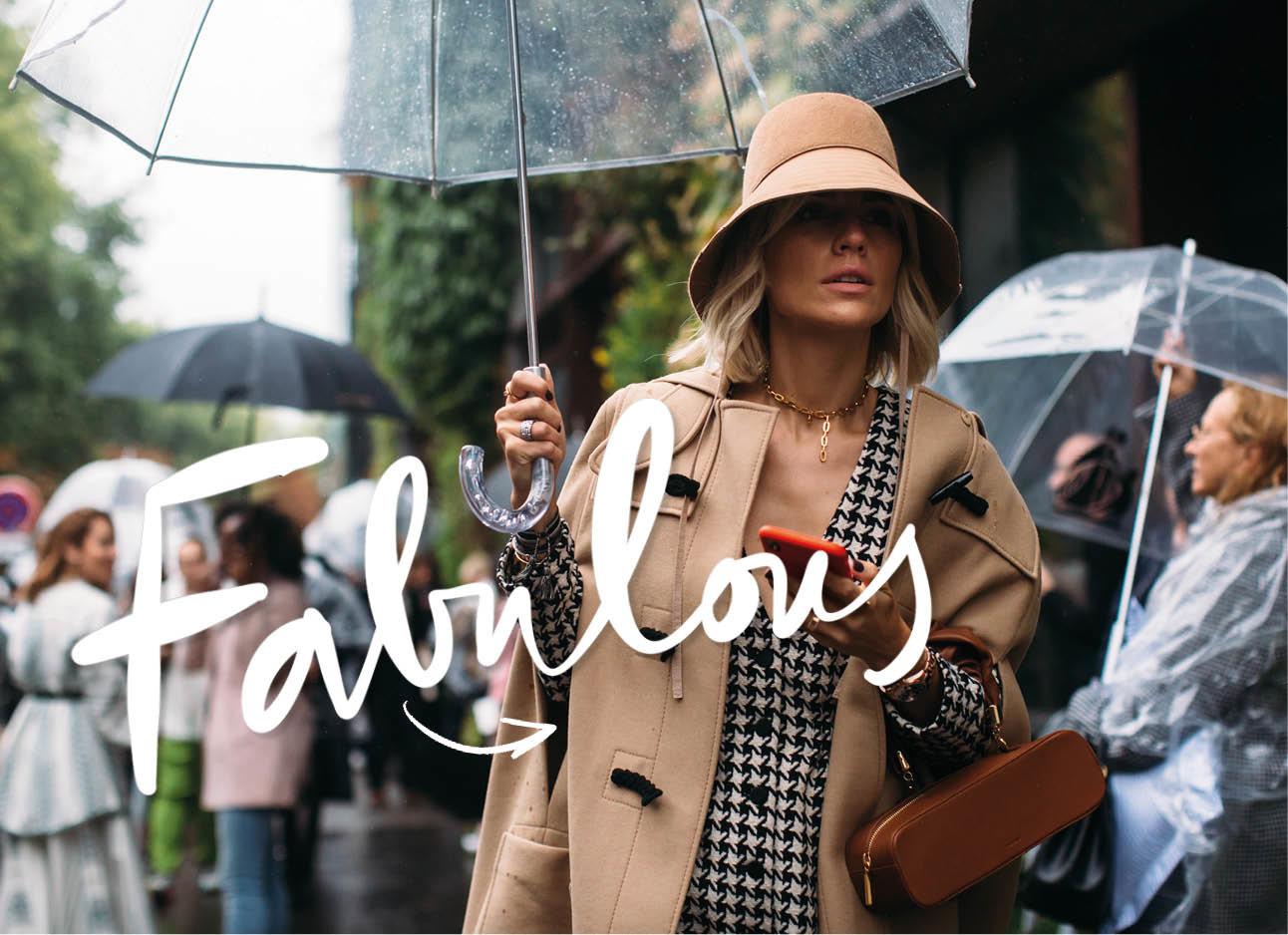 vrouw met hoedje op en paraplu streetstyle mode paris