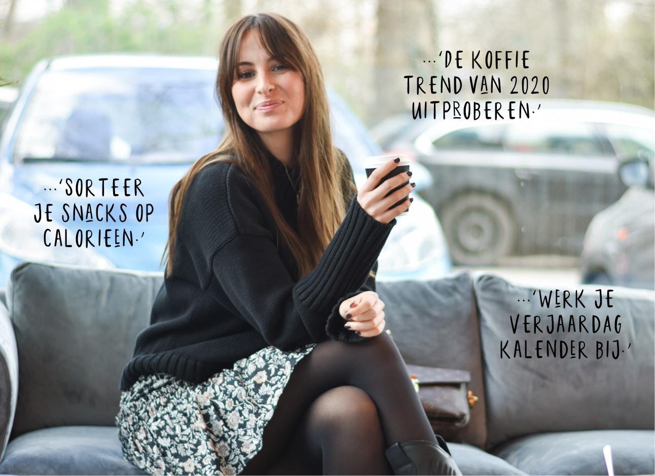 Lilian binnen zittend op een bank met koffie in haar hand