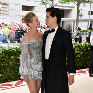Lili Reinhart en Cole Sprouse op de red carpet