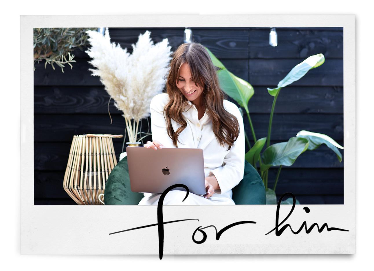 Lilian brijl met laptop in de tuin
