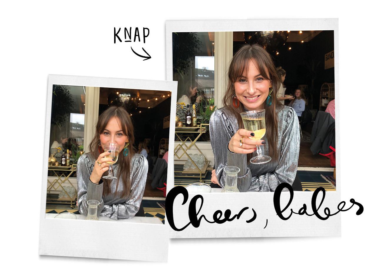 lilian die met een glas champagne aan een tafeltje zit