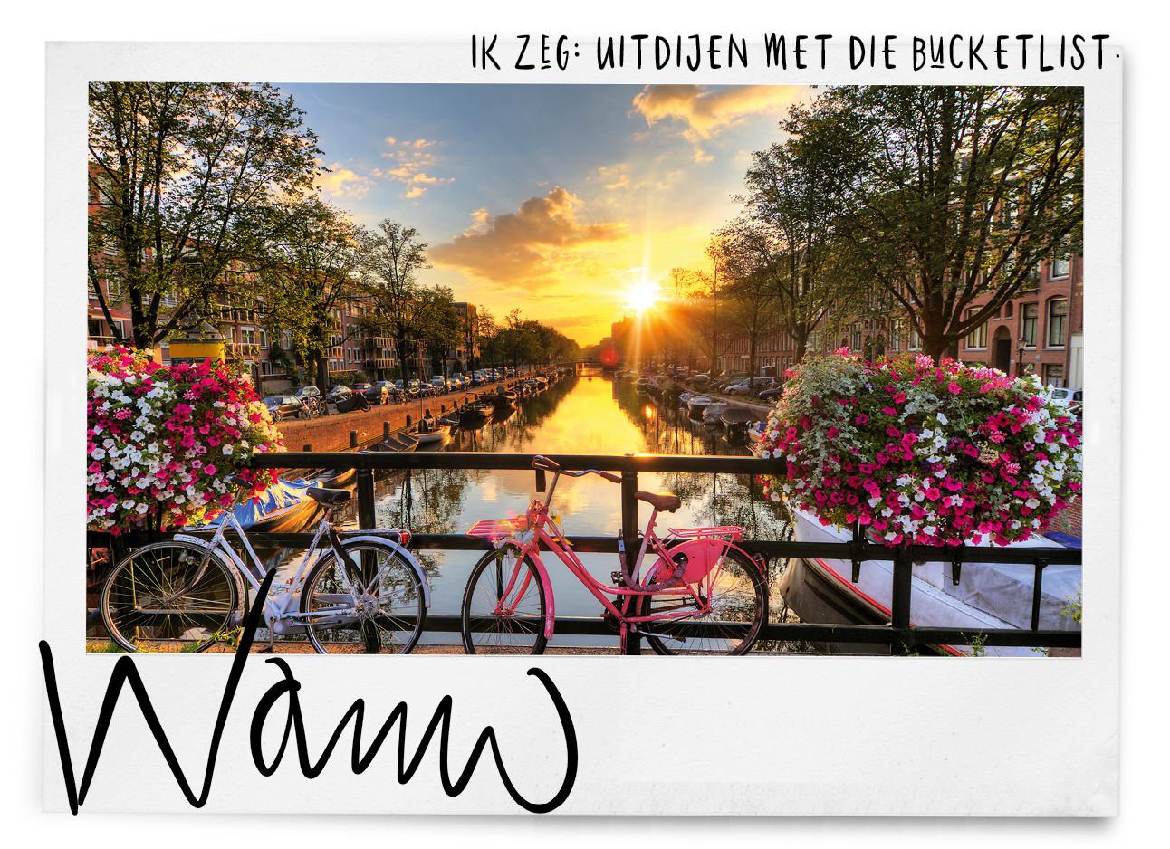 een kiekje van Amsterdam met roze fietsen voor de gracht