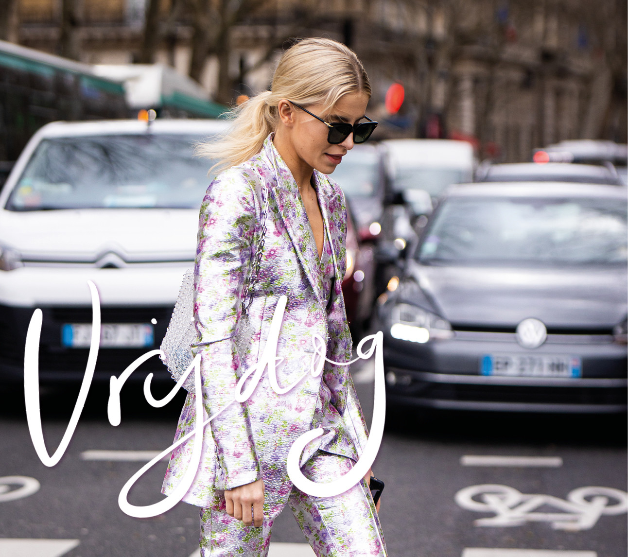 Caroline Daur lopend over straat met een suit glimmend paars roze zilver