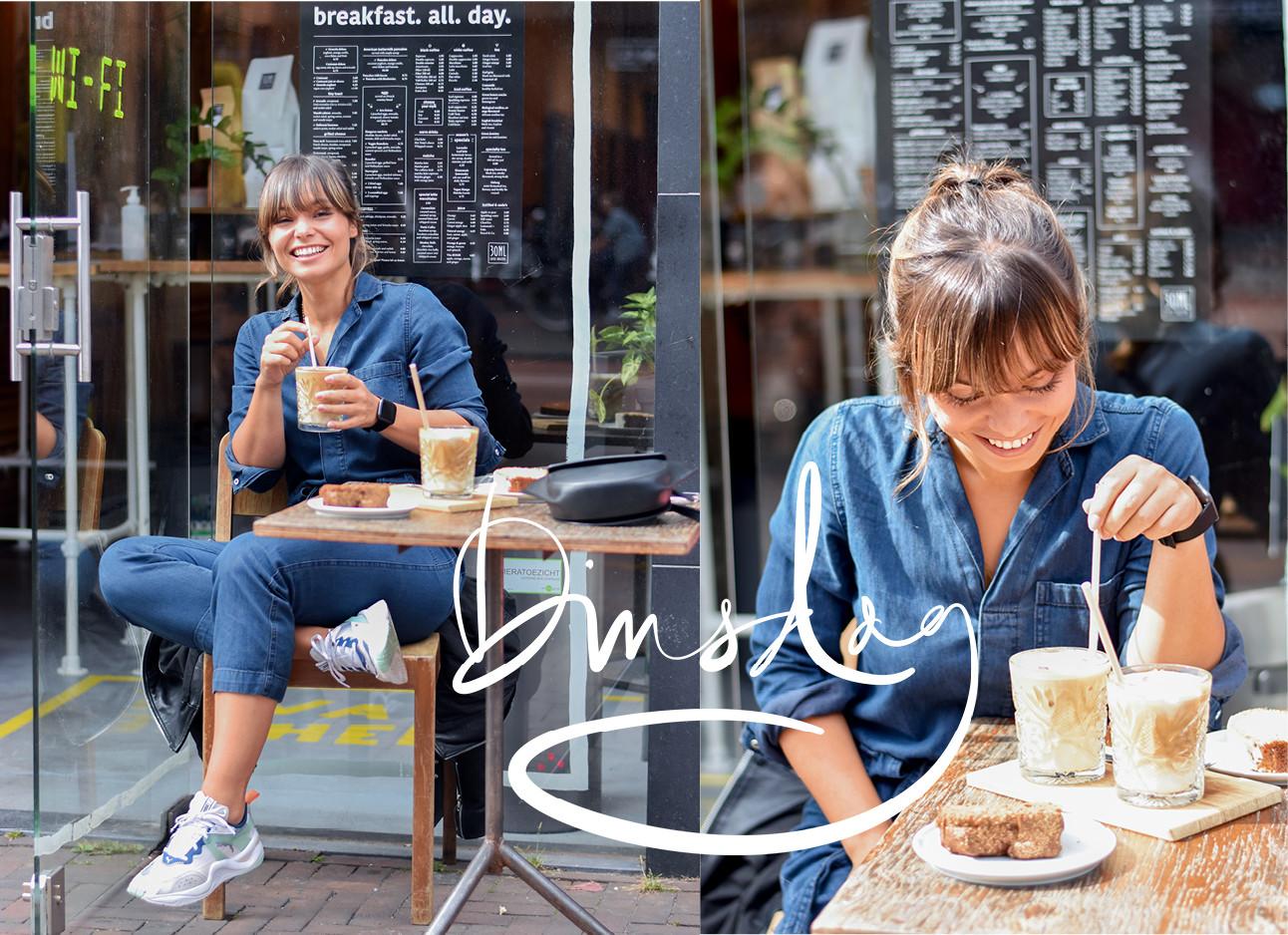 Kiki duren koffie drinken op het terras