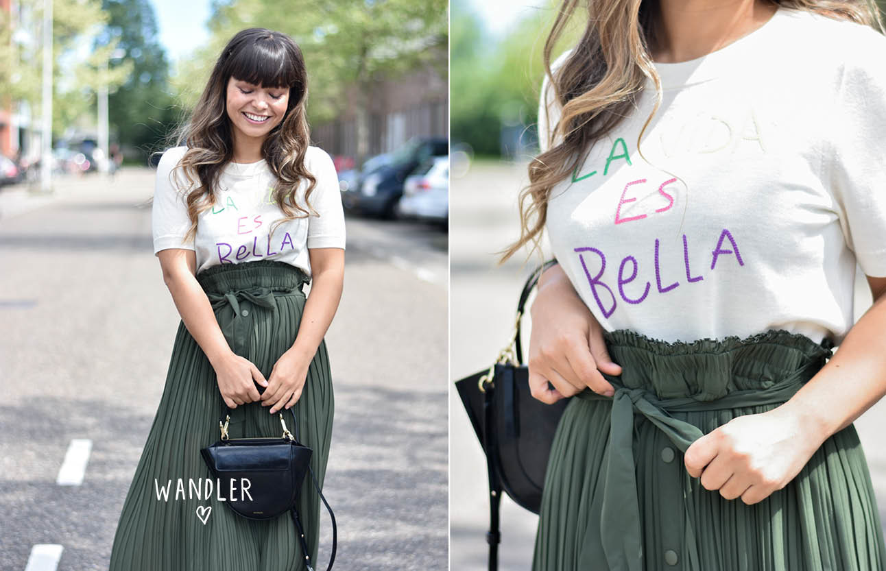 outfit van kiki duren, groene rok, wit shirt met tekst, schoenen van de river island, wandler tas