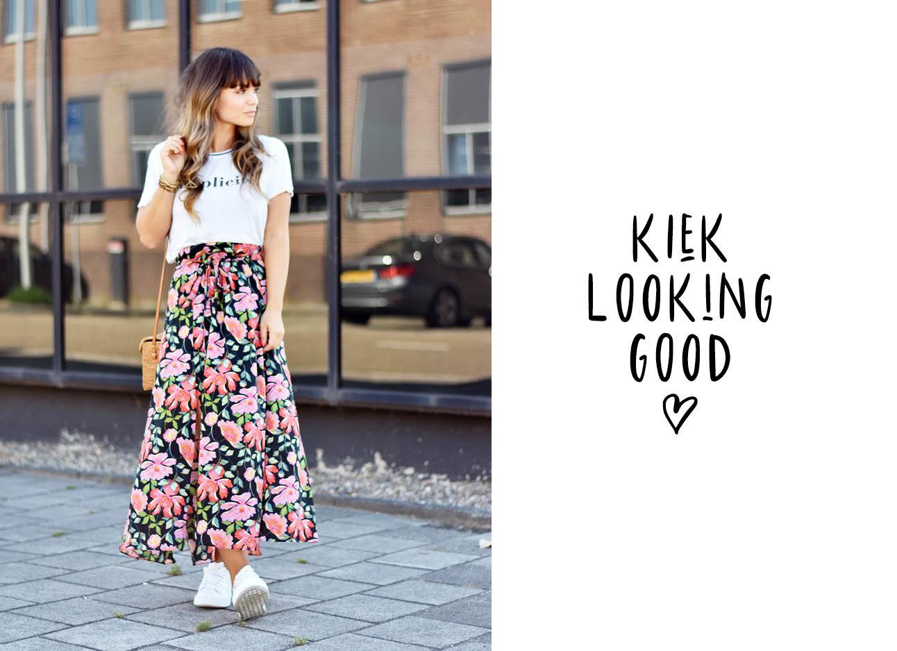 Look of the day Kiki Düren lachend met een bloemen rok aan het witte top
