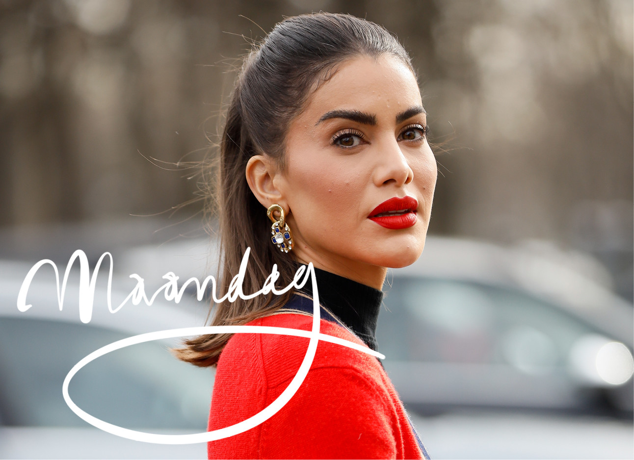 Camila Coelho rode vestje aan rode lippenstift