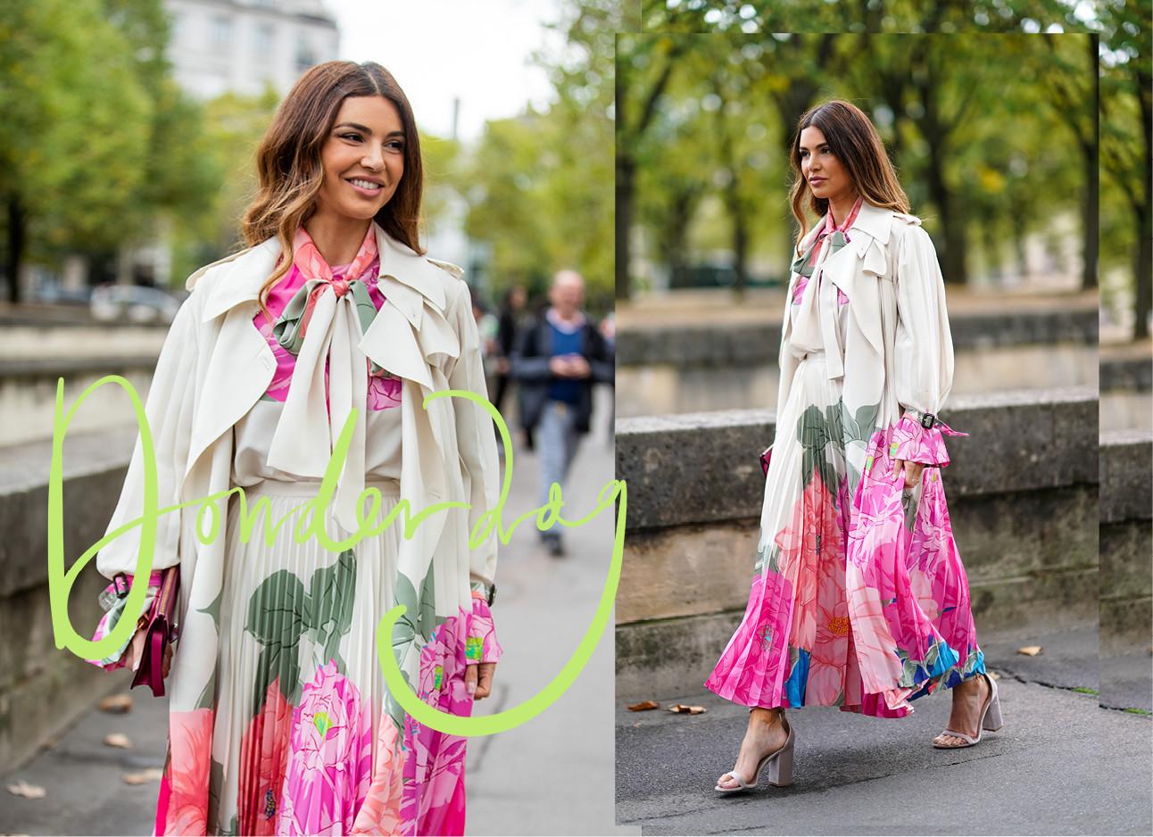 Negin Mirsalehi lopend over straat in een roze beige groene outfit