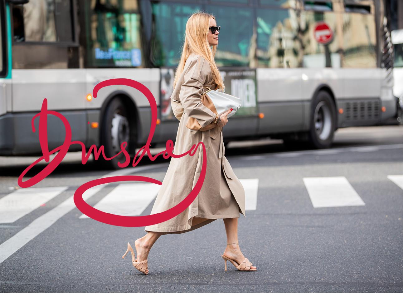 Pernille Teisbaek lopend over straat in een beige jas aan met hakken