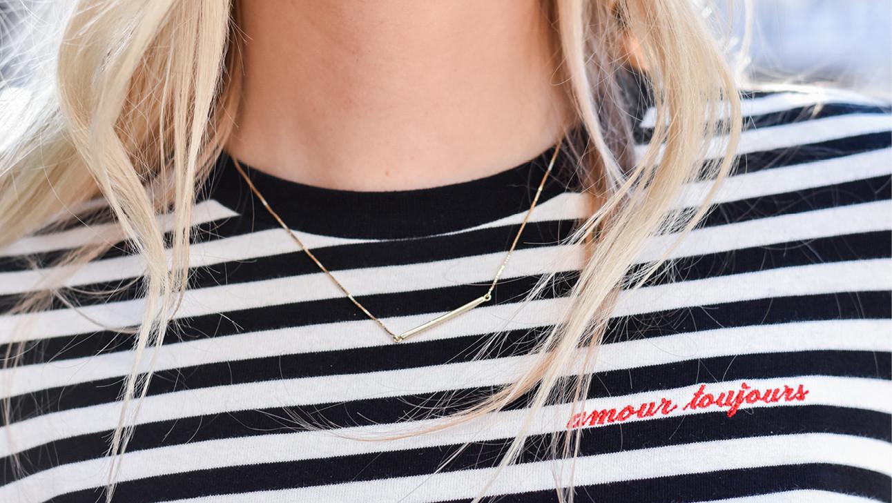 ketting en streepjes shirt blond haar