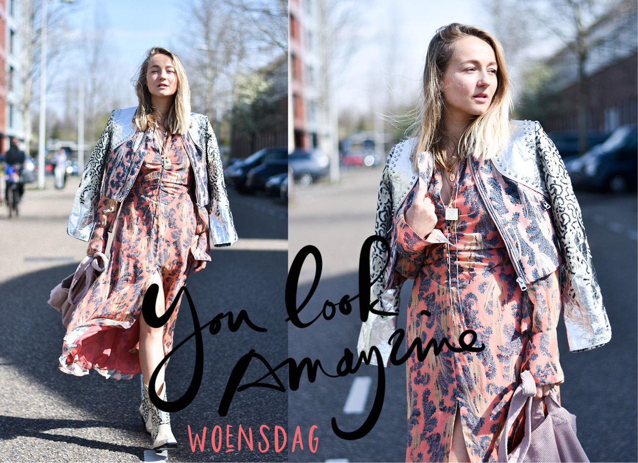 carolien spoor in de look of the day, blond haar, zilveren jack, roze jurk met print, witte cowboy boots, you look amayzine, woensdag