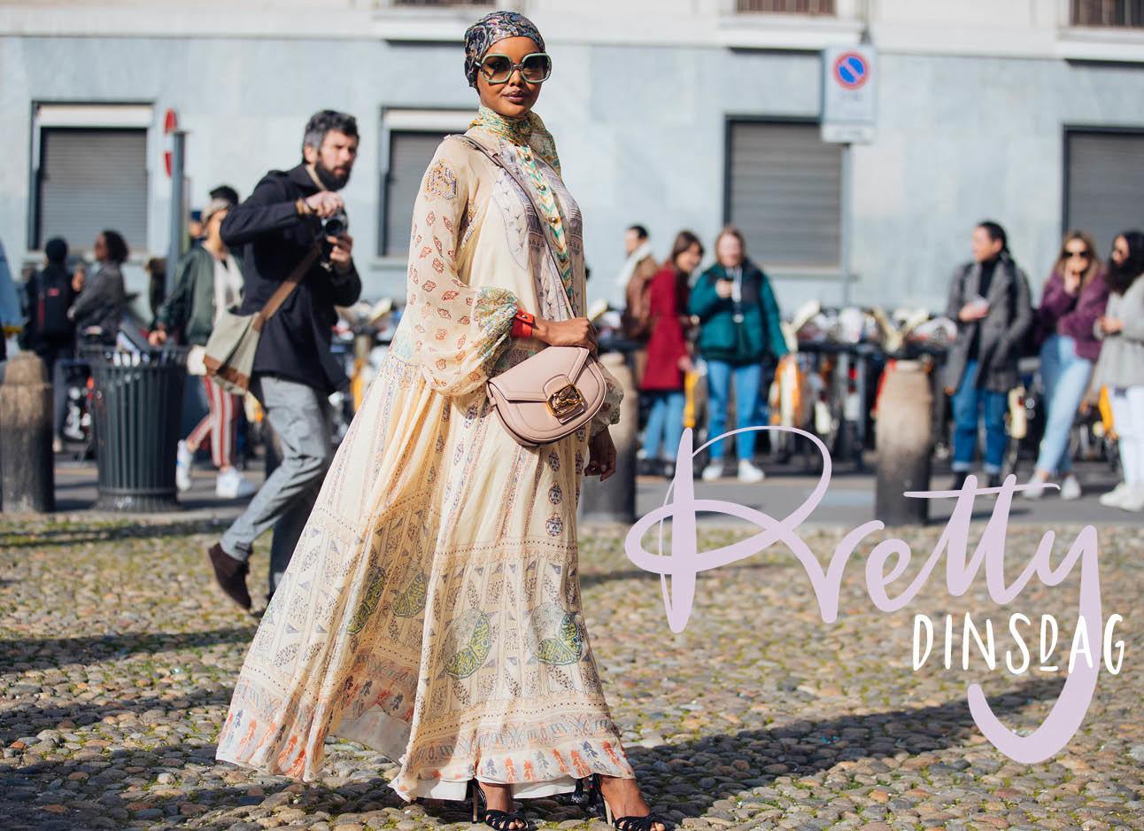 Halima Aden lachend streetwear lange beige jurk