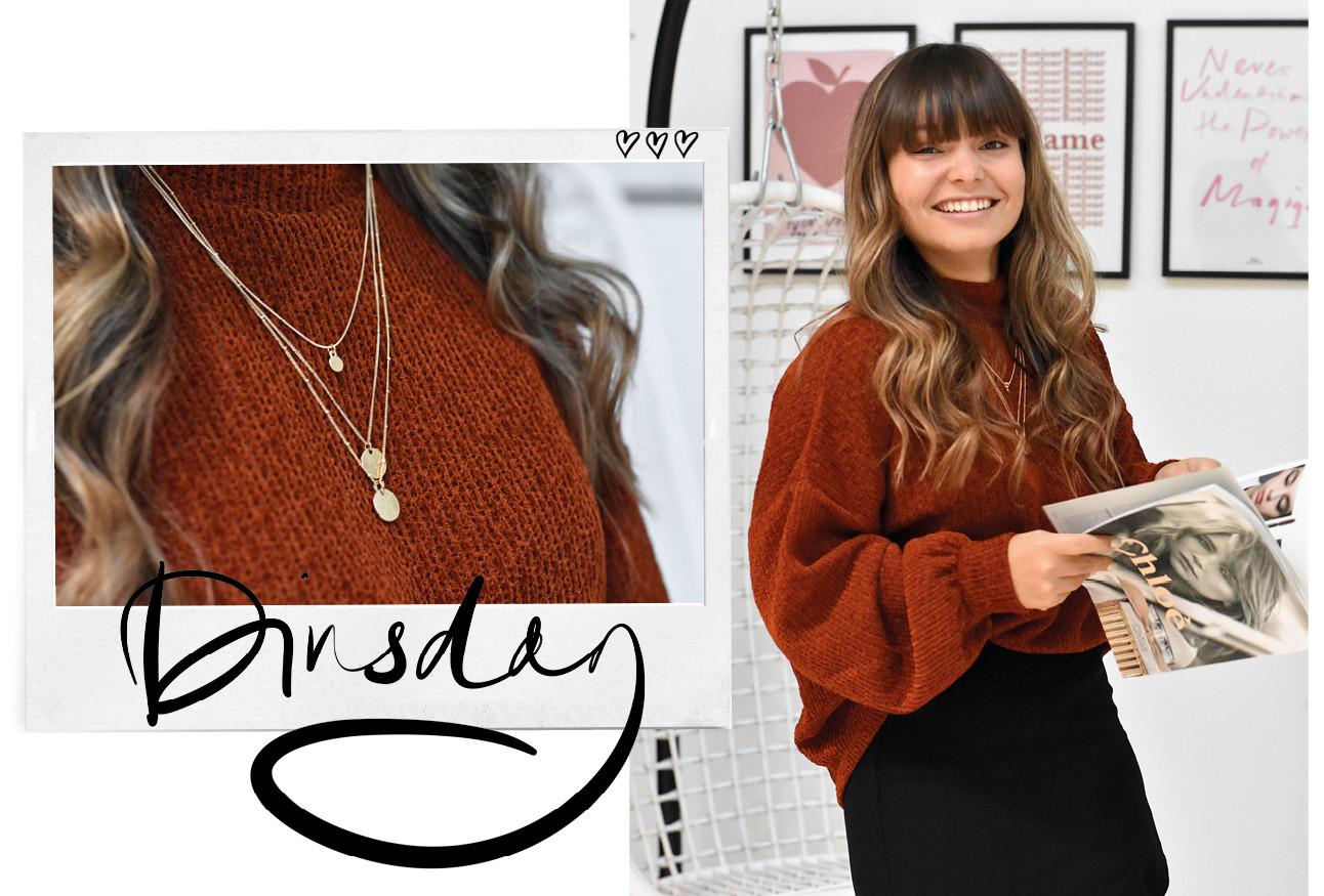 Kiki in donker rode trui met Amayzine magazine in haar handen