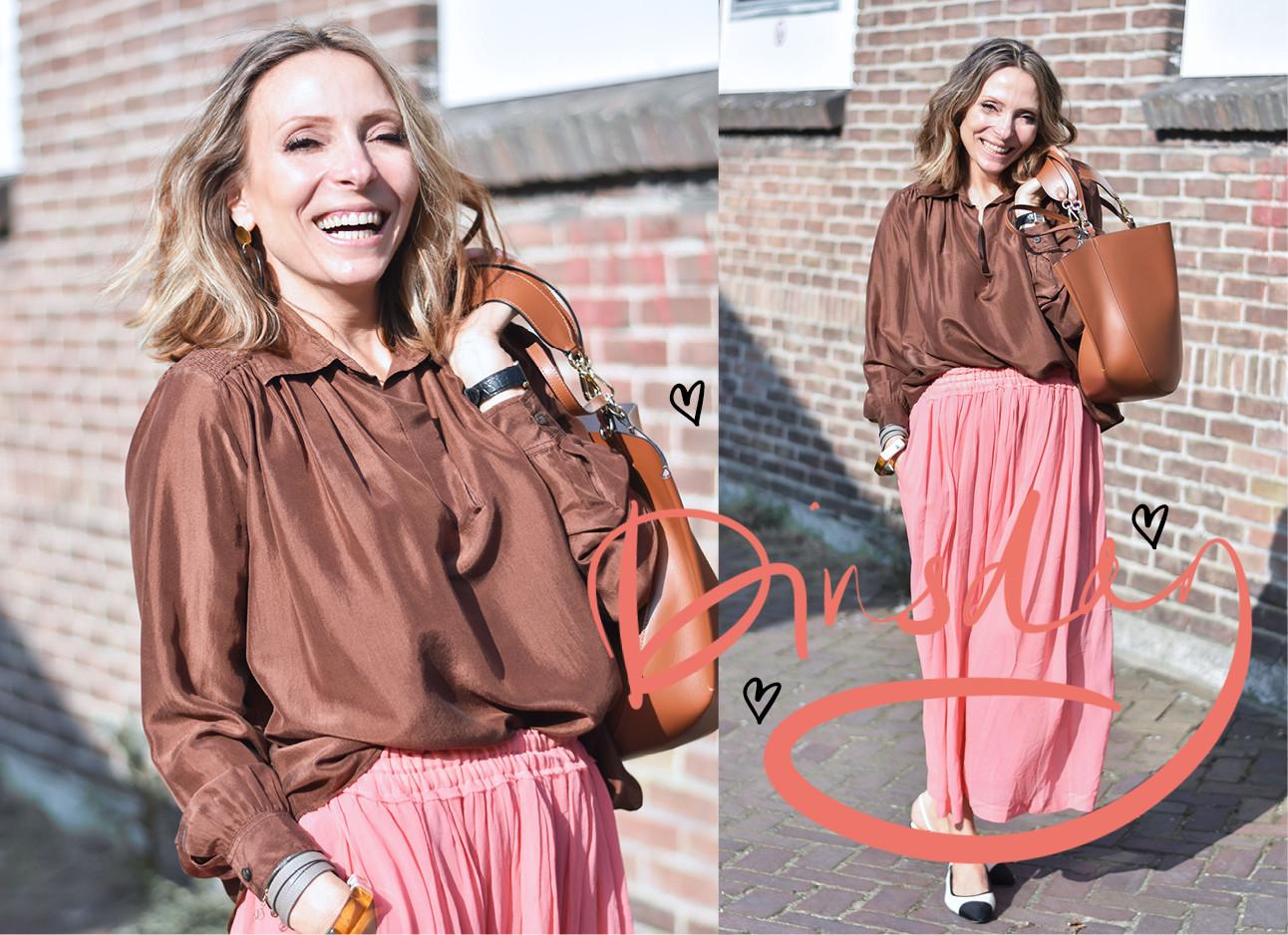 may-britt mobach in de look of the day, ze draagt een roze maxirok en bruine blouse