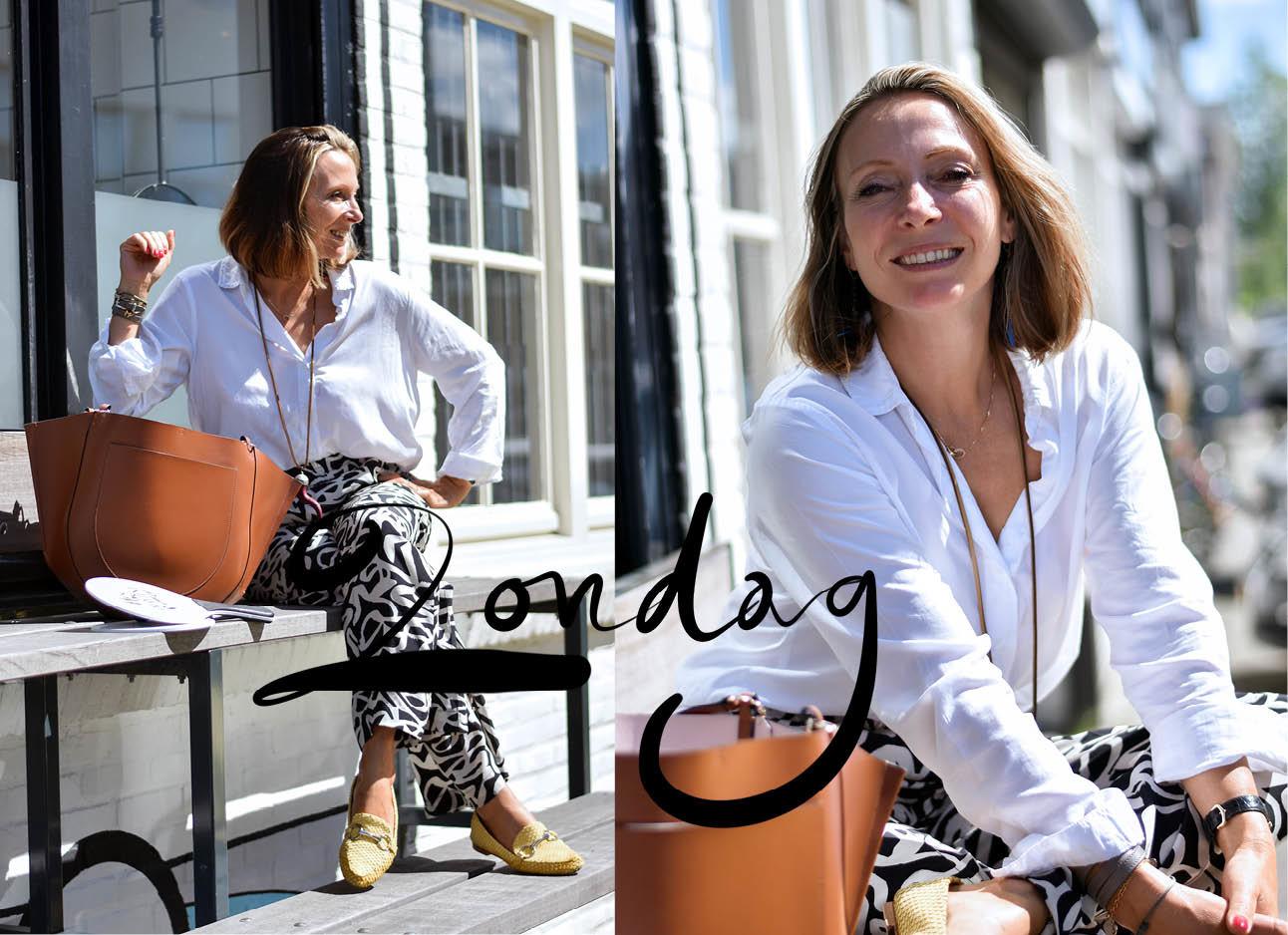 May-Britt Mobach lachend witte blouse met Wandler tas
