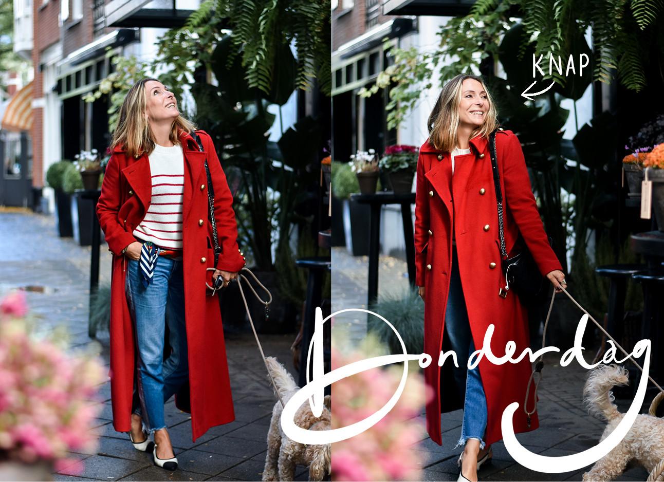 may die een rode jas draagt met een rood gestreept shirt, en een denim broke draagt ze loopt door een straat heen met monti