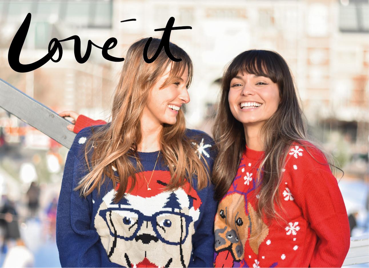 kiki en lilian die lachend met kersttruien aan staan