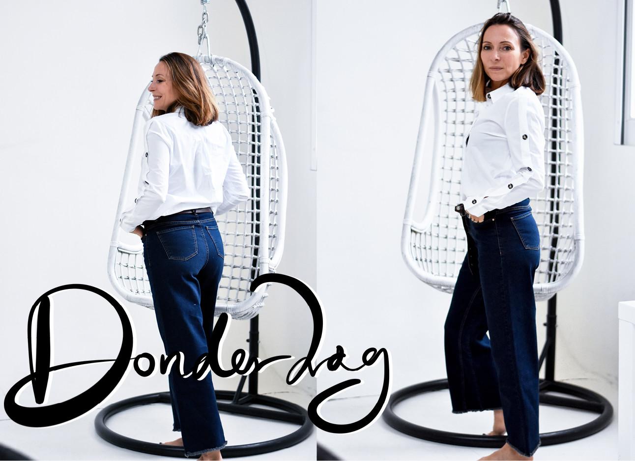 beelden van may die in een spijkerbroek en witte blouse binnen staat