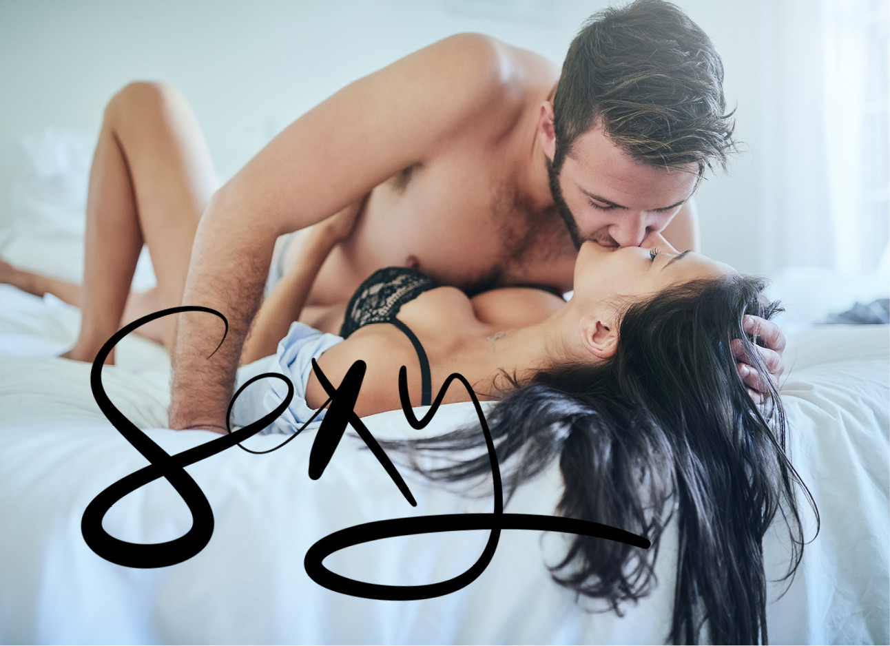 vrouw en man zoenend op bed met bh aan