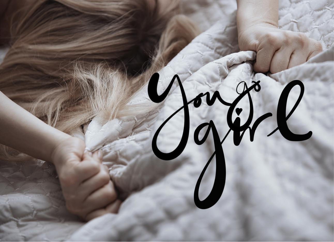 vrouw in bed met haar handen de deken vast houden