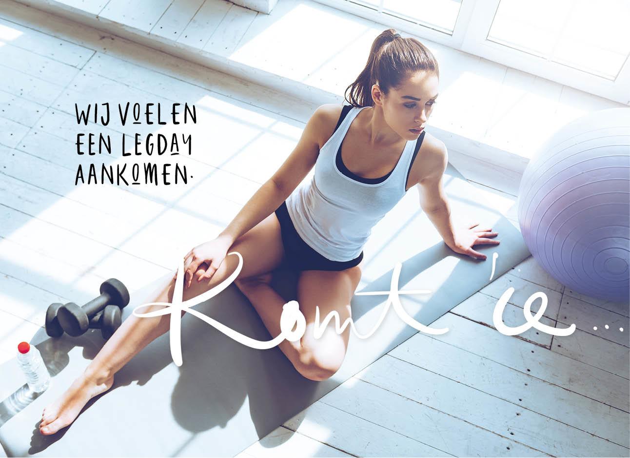 sporten vrouw witte tanktop met kort broekje zittend op de vloer