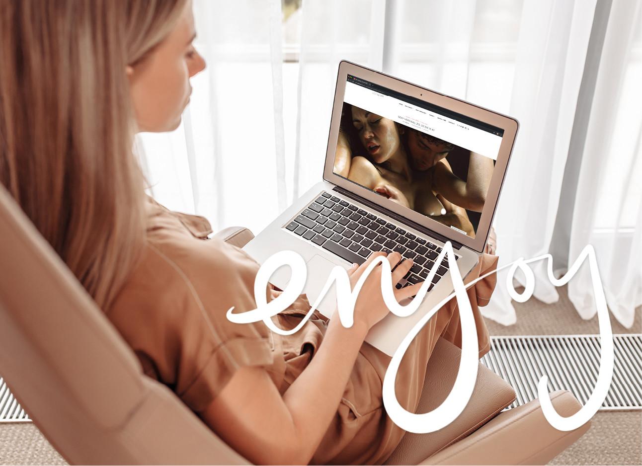 vrouw achter computer naar lottelust aan het kijken