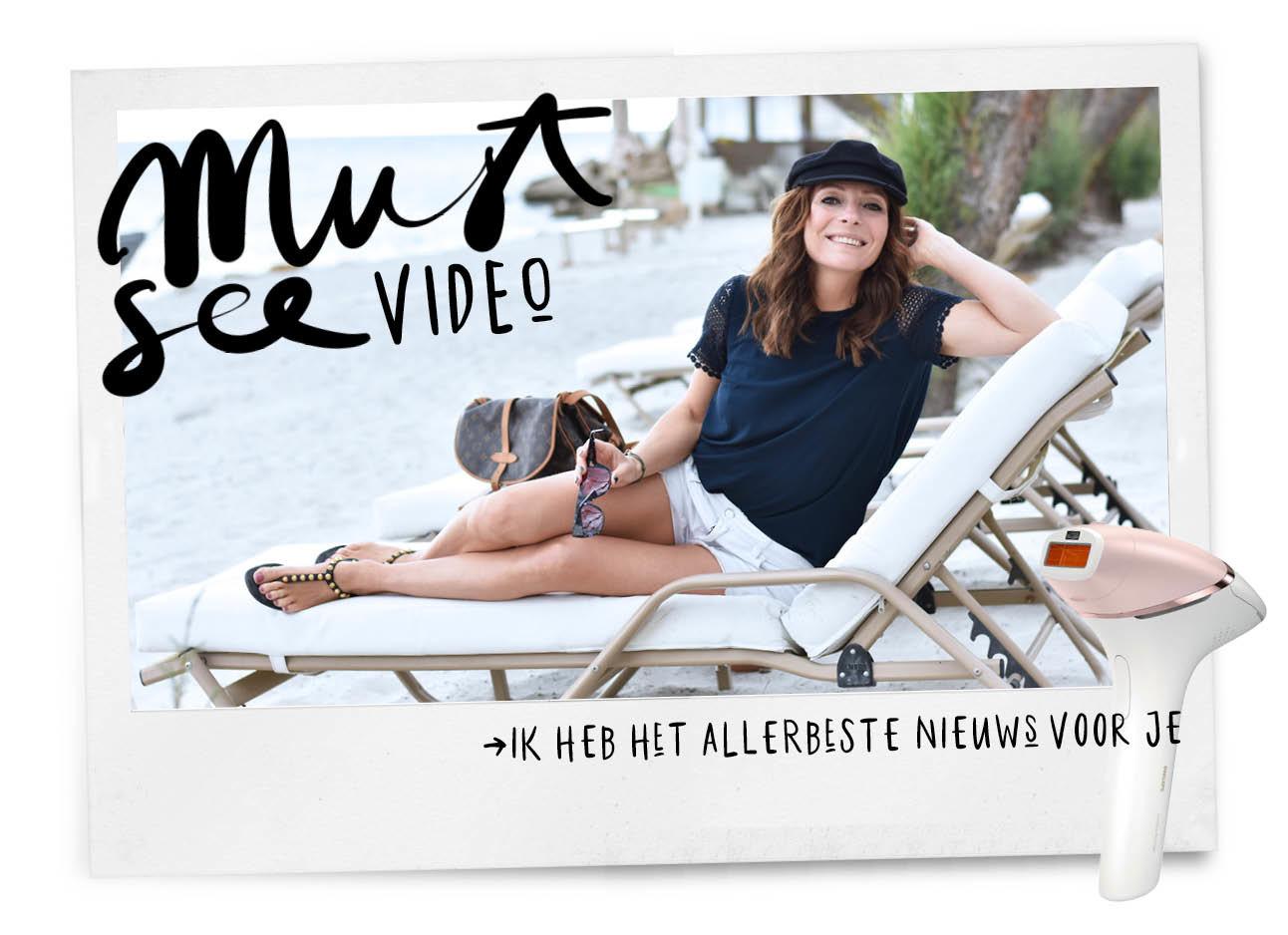 may in wit broekje en blauwe top en cap op een bedje in griekenland op het strand
