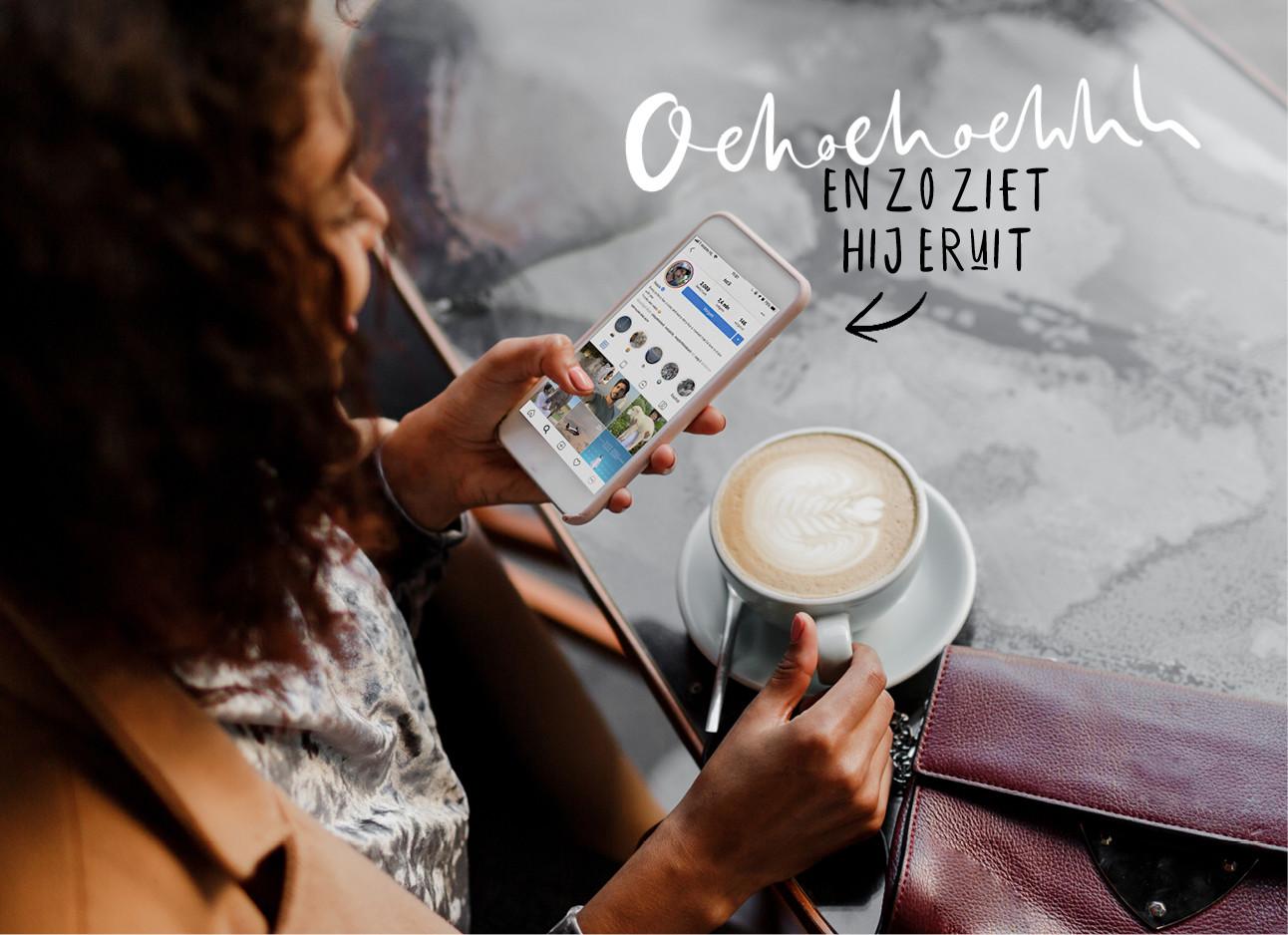 vrouw kijkend naar telefoon drinkend een kop koffie in een restaurant