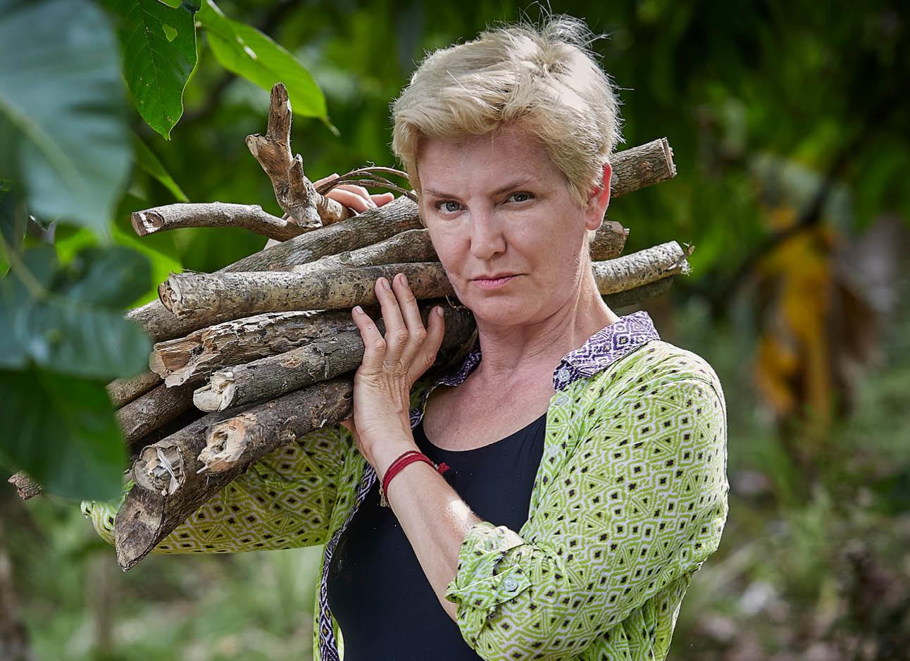 mariana verkerk expeditie robinson in groen blousje zwart shirt met hout op schouder