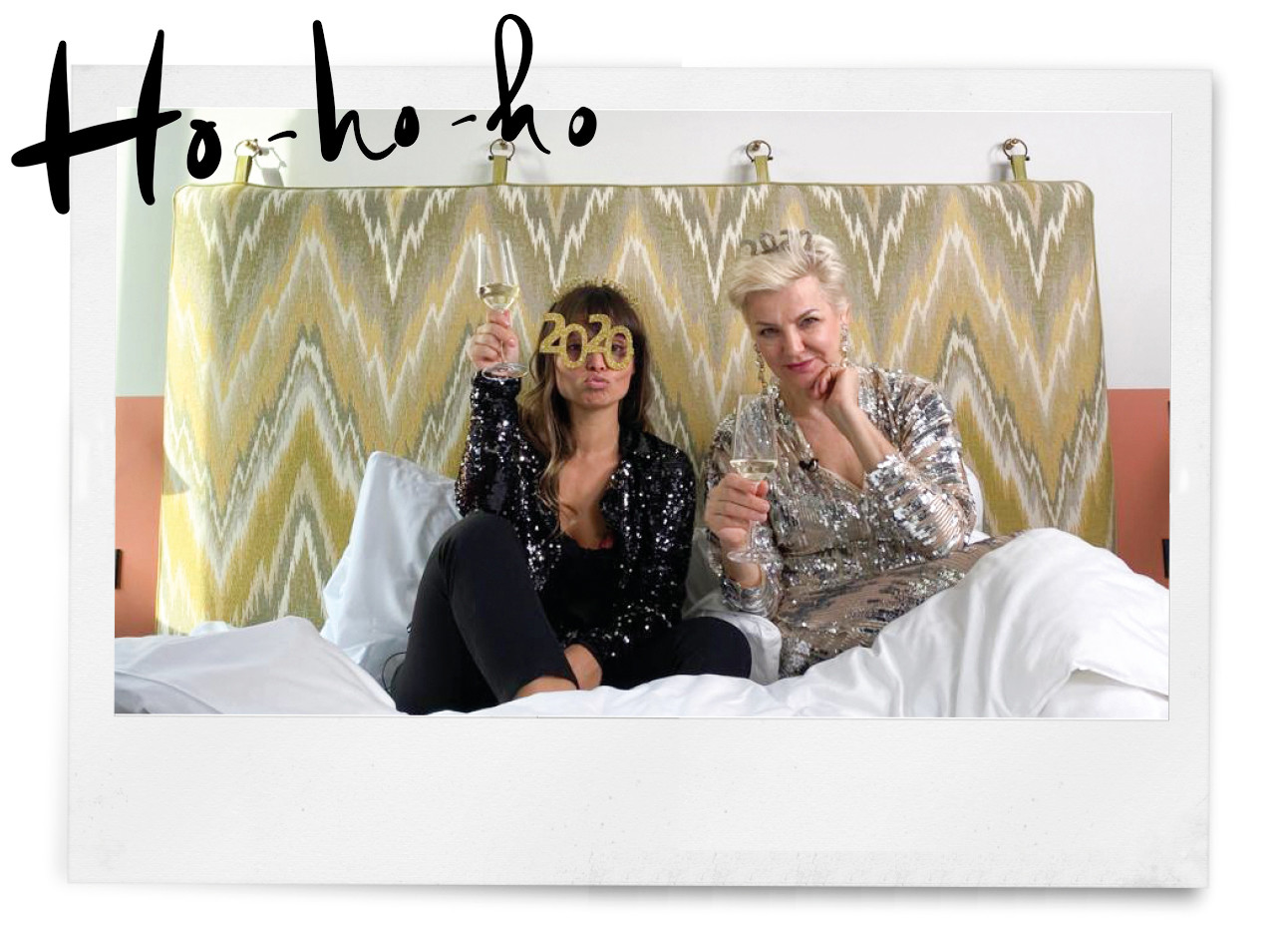 kik die met mariana verkerk in een glitteroutfit in bed ligt