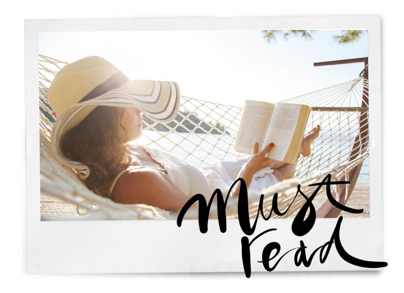 vrouw in de zon die een boek leest met een hoed op op het strand