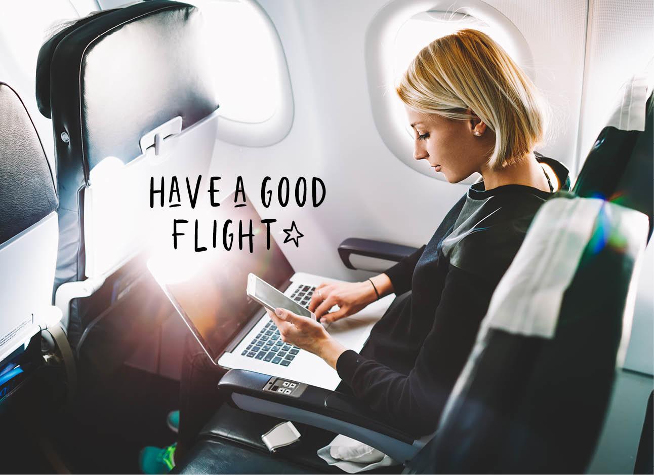 vrouw in vliegtuig bij het raam op haar telefoon