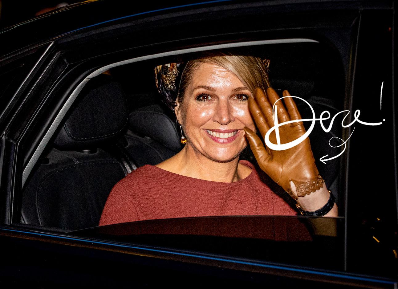 Maxima zwaaiend vanaf de auto met een handschoentje aan lachend