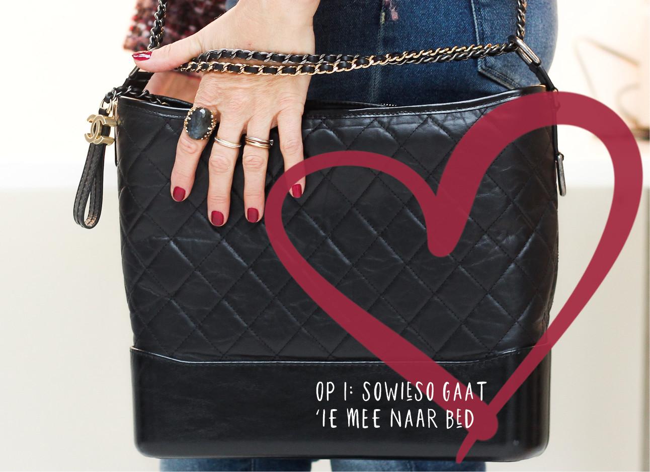 62cebf8351e Chanel tas van MAy-britt met rode nagelak op het grote ring om haar vingers