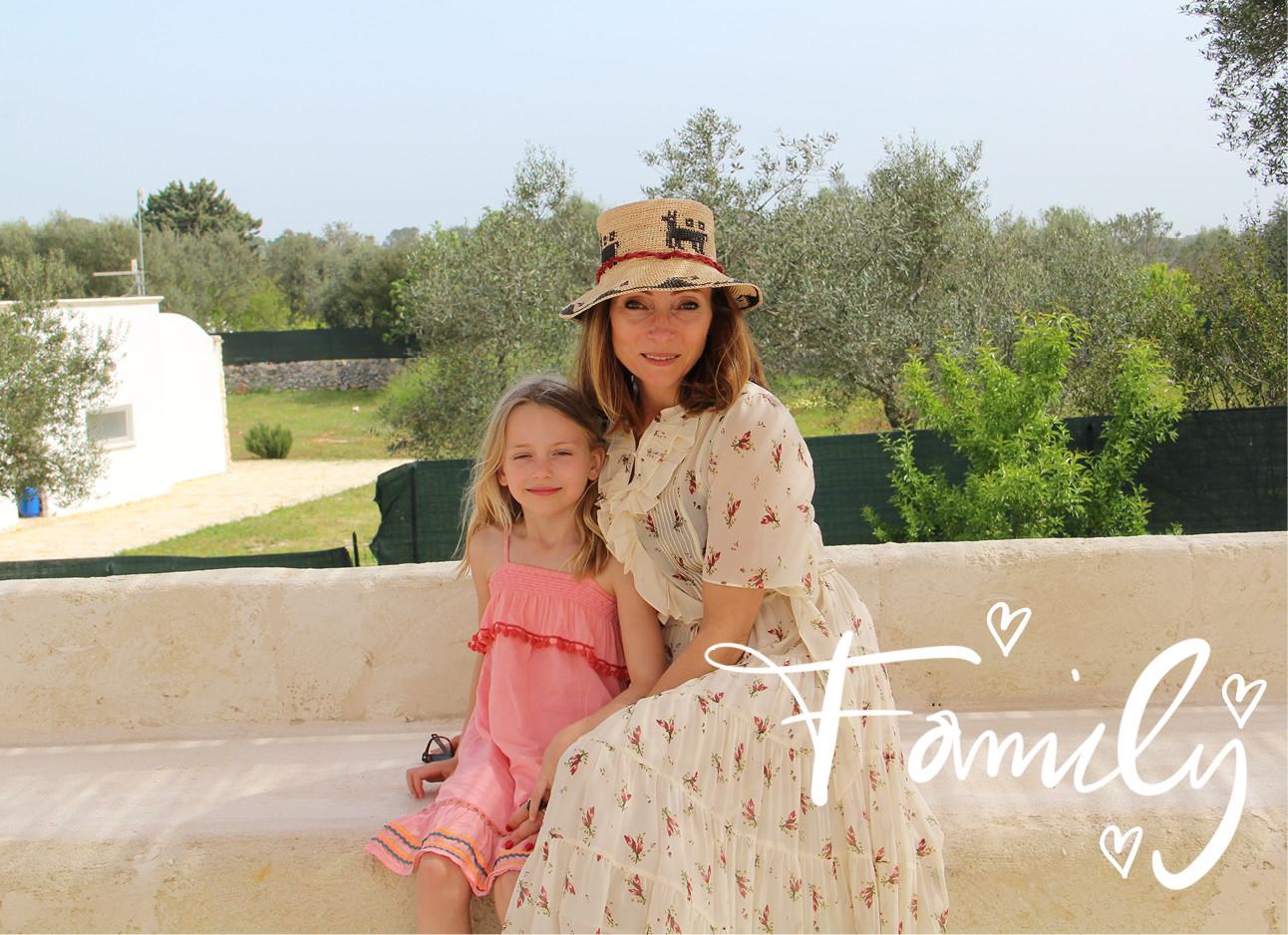 may-britt mobach met haar dochtertje op vakantie, zomerjurk, roze jurkje, zomerhoed, family