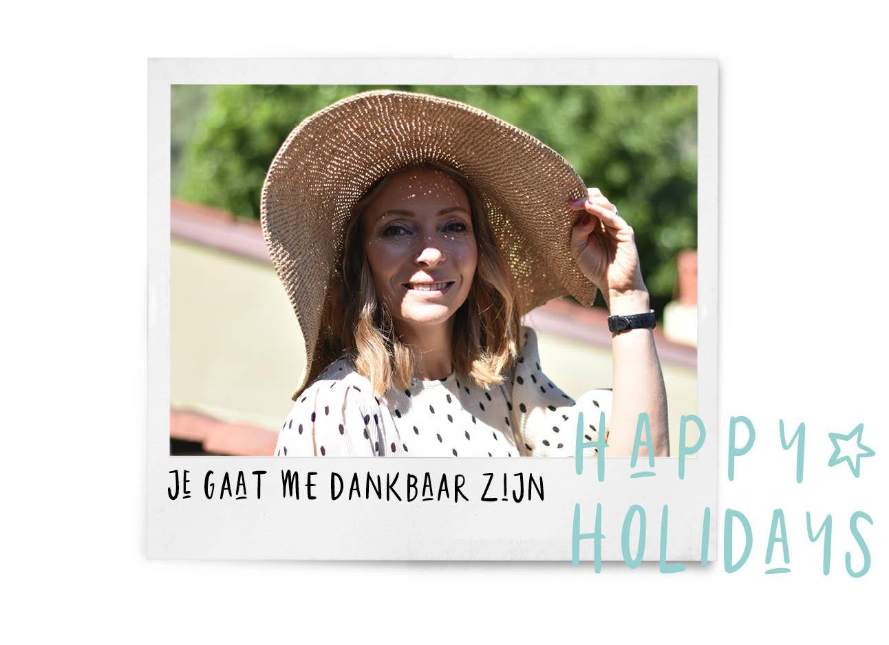 may-britt op vakantie met een grote hoed in de zon