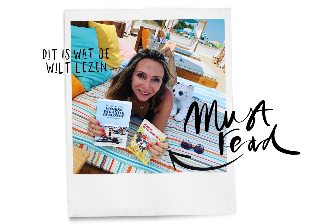 Deze zomer naar Italië may op het strand met boeken