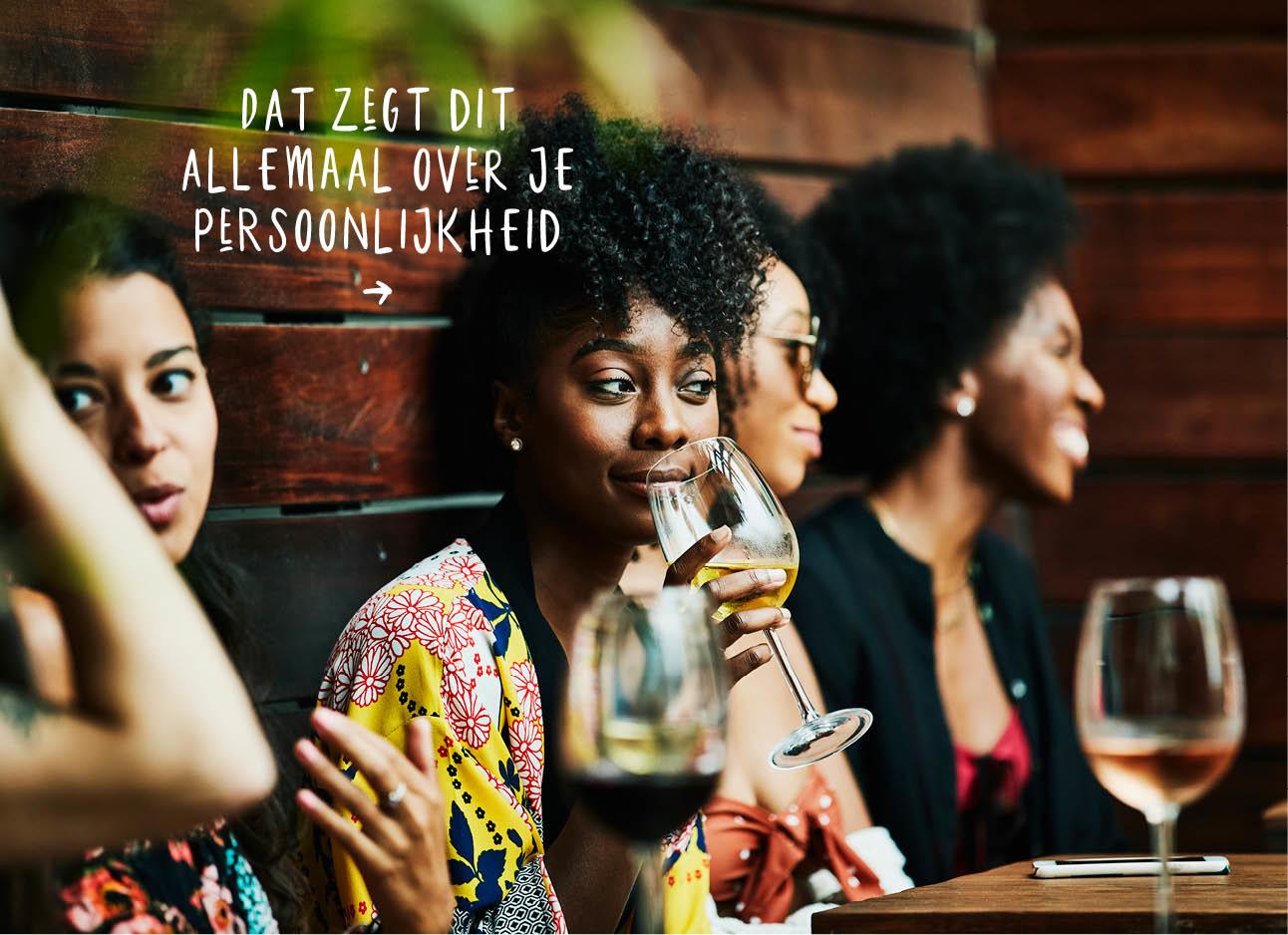Vrouwen aan tafel buiten gezellig drinken rode wijn witte wijn rose