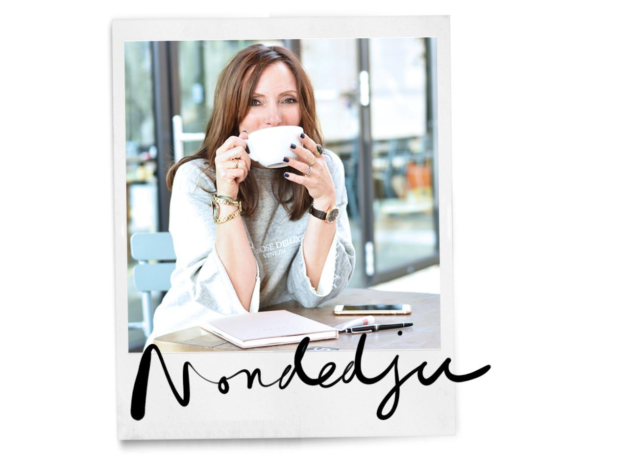 May-britt lachend met een kop koffie in haar handen