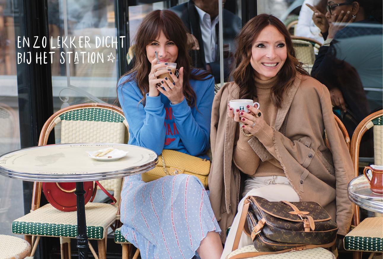 Lilian en May op een terras lachend met een kop koffie