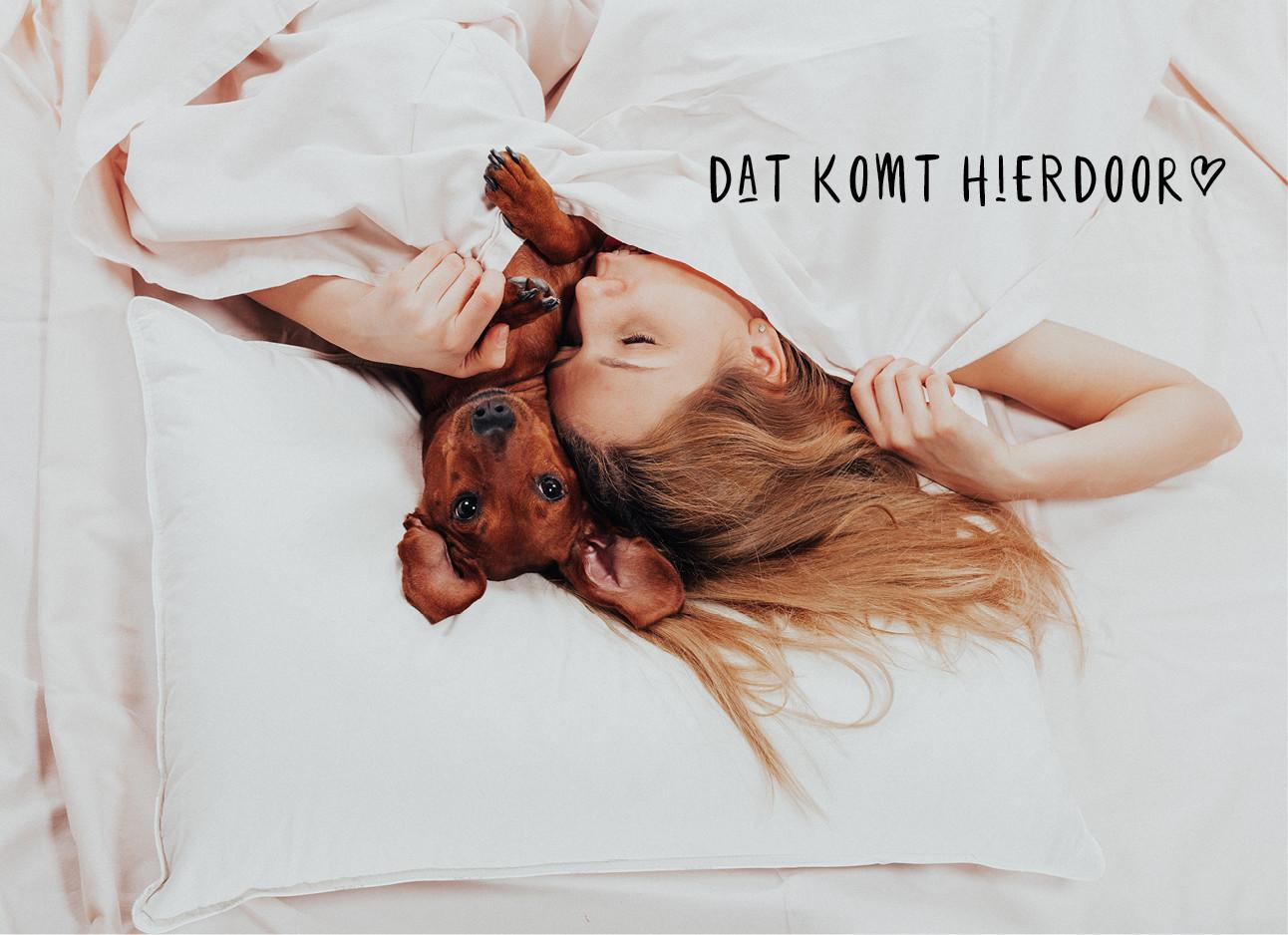 vrouw in bed met haar hond samen