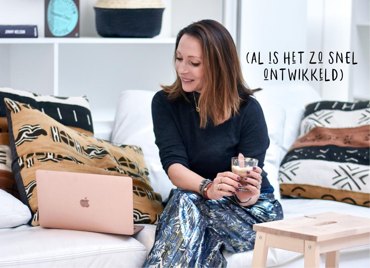 may kijkend naar haar laptop