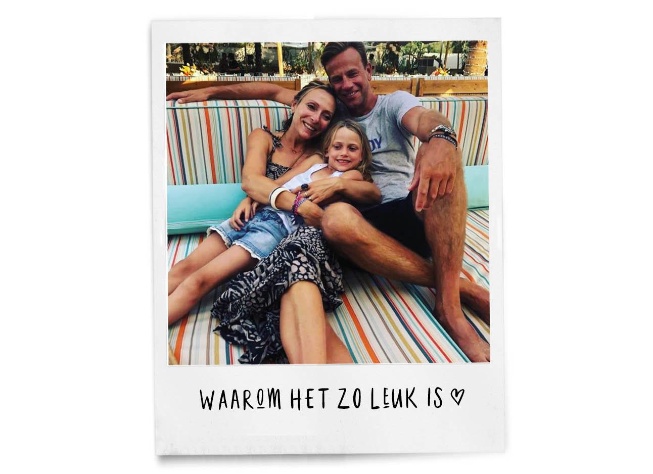 may op vakantie met dochter en vriend lachend op de foto