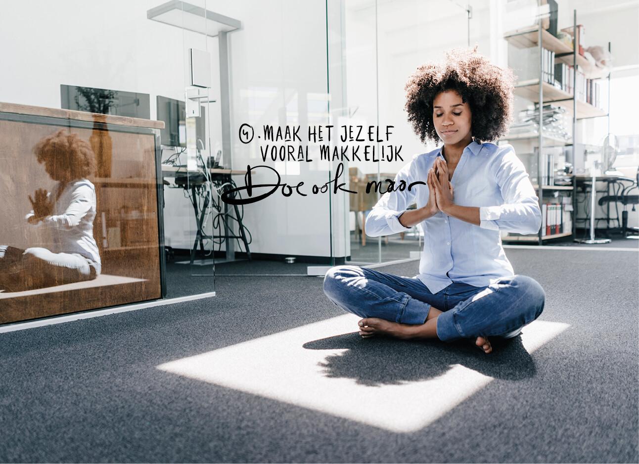 vrouw aan het mediteren op werk