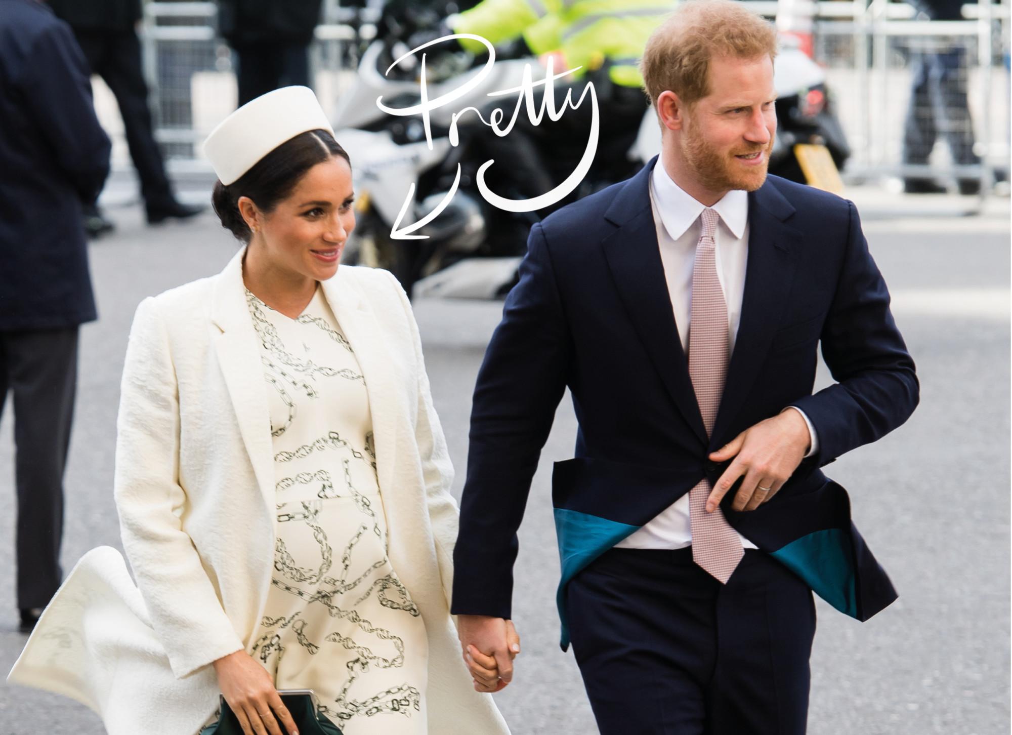 meghan markle en prins harry lopen hand in hand. Meghan draagt een witte jurk met jas en hoed, harry draagt een pak en stropdas