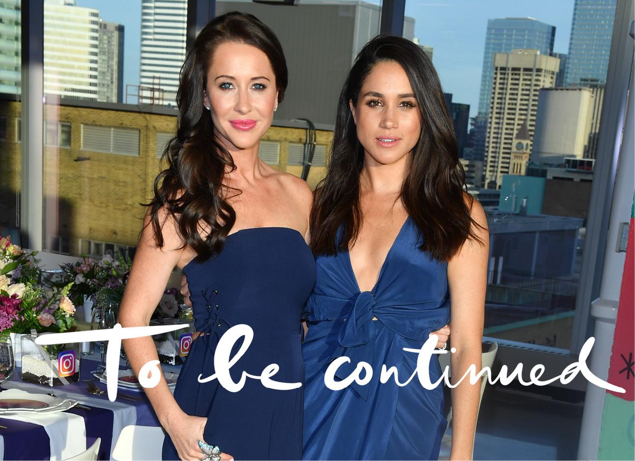 Meghan en haar vriendin Jessica in blauwe jurken
